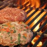 2 Handmade бургера на гриле барбекю Изображение партии лета Стоковая Фотография