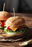 2 handmade бургера с говядиной, салатом и сыром на деревянном столе Стоковые Фото
