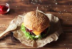 2 handmade бургера с говядиной, салатом и сыром на деревянном столе Стоковые Изображения RF