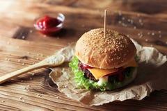 2 handmade бургера с говядиной, салатом и сыром на деревянном столе Стоковое фото RF