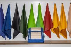 Handmade голубая и бежевая кожаная сумка организатора для багажника автомобиля для хранить вещи и инструменты в магазине в дизайн стоковая фотография