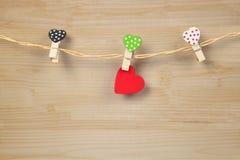 Handmade деревянные сердца вися на линии ткани Стоковые Изображения RF