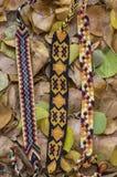 3 handmade домодельных красочных естественных сплетенных браслета приятельства в листьях осени сухих стоковая фотография