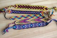 5 handmade домодельных красочных естественных сплетенных браслетов приятельства на деревянной доске, группе в составе аксессуары  стоковое фото rf