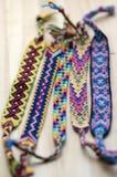 5 handmade домодельных красочных естественных сплетенных браслетов приятельства на деревянной доске, группе в составе аксессуары  стоковое фото