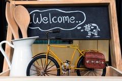 Handmade деревянная доска при ` гостеприимсва ` слова написанное на классн классном Стоковое Изображение RF