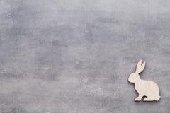 Handmade деревянные кролики пасхи на деревянной предпосылке Стоковые Фотографии RF