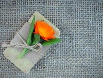 Handmade естественный цветок calendula witn бара мыла на предпосылке мешковины Стоковые Фото