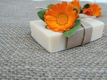 Handmade естественный цветок calendula witn бара мыла на предпосылке мешковины Стоковые Изображения