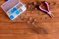 Handmade женские серьги люстры Красивые серьги сделанные из голубых и белых шариков и снежинок металла Стоковое Изображение