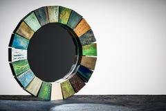 Handmade зеркало в деревянной тонизированной текстуре рамки треснуло краску стоковые фото