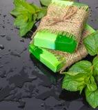 Handmade зеленый цвет мыла с листьями мяты стоковые фото