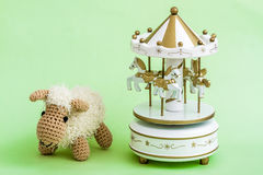 Handmade игрушка овечки вязания крючком на зеленой предпосылке Стоковое Фото