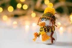Handmade игрушка снеговика вязания крючком с bokeh Стоковые Изображения RF