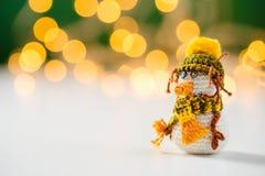 Handmade игрушка снеговика вязания крючком с bokeh Стоковое Изображение RF
