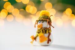 Handmade игрушка снеговика вязания крючком с bokeh Стоковая Фотография
