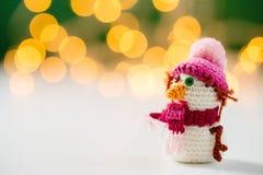 Handmade игрушка снеговика вязания крючком с bokeh Стоковая Фотография RF