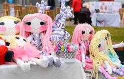 Handmade игрушки куклы Забавляется куклы на ярмарке Стоковые Изображения