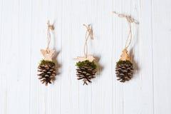 Handmade игрушки рождественской елки сделанные конуса сосны Стоковые Фотографии RF