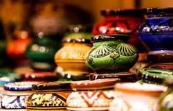 Handmade и покрашенные красочные ashtrays аранжированные в магазине s строк o Стоковая Фотография