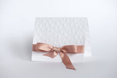 Handmade карточка с выбитыми сердцами и бежевый смычок на белом backgr Стоковое Изображение RF