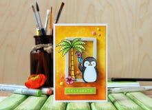 Handmade карточка с лентами, бабочками и цветками в ярких цветах на деревянной предпосылке Стоковое Изображение