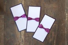 Handmade карточки с фиолетовой лентой сатинировки на деревянной предпосылке Стоковые Изображения