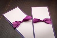 2 handmade карточки с фиолетовой лентой сатинировки на деревянной предпосылке Стоковые Фотографии RF