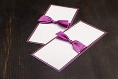 Handmade карточки с фиолетовой лентой сатинировки на деревянной предпосылке Стоковые Изображения RF