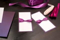Handmade карточки с фиолетовой лентой сатинировки на деревянной предпосылке Стоковые Фото