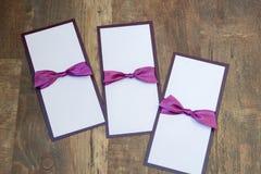 Handmade карточки с фиолетовой лентой сатинировки на деревянной предпосылке Стоковое фото RF