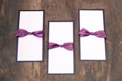 Handmade карточки с фиолетовой лентой сатинировки на деревянной предпосылке Стоковое Фото