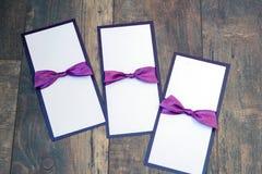 Handmade карточки с фиолетовой лентой сатинировки на деревянной предпосылке Стоковое Изображение