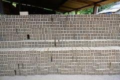 Handmade кирпичи handmade от brickearth суша перед гореть около Меконга, Вьетнама стоковая фотография