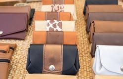 Handmade кожаные бумажники для продажи на местном уличном рынке Провансаль стоковые изображения