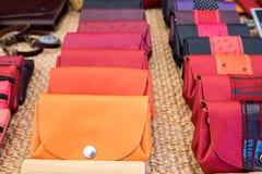 Handmade кожаные бумажники для продажи на местном уличном рынке Провансаль стоковое изображение rf