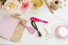 Handmade, концепция ремесла Материалы для делать браслеты строки и handmade товары упаковывая - скрутите, ленты Женственное рабоч стоковое изображение