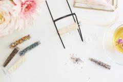 Handmade, концепция ремесла Материалы для handmade делать ювелирных изделий Шарики и лагерь семени для браслетов тени Женственная стоковые фотографии rf