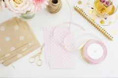 Handmade, концепция ремесла Handmade товары для упаковки - скрутите, ленты Женственная концепция рабочего места Независимая женст стоковое фото