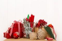 Handmade коробки рождества в красном цвете с творческими утварями для оформления Стоковое фото RF