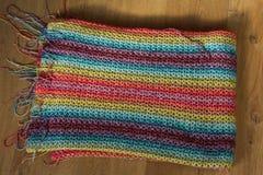 Handmade красочное связанное одеяло шерстей на деревянной предпосылке стоковые фотографии rf