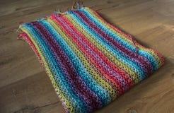 Handmade красочное связанное одеяло шерстей на деревянной предпосылке стоковые фото
