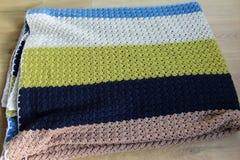 Handmade красочное связанное одеяло шерстей на деревянной предпосылке стоковое фото rf