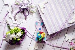 Handmade кролик, подарочная коробка и украшения на предпосылке деревянного стола Стоковое Фото