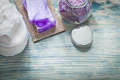 Handmade крышка опарника соли моря ванны губки ванны мыла на деревянном хряке Стоковое Изображение RF