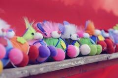 Handmade куклы помещенные на деревянных полках Стоковые Изображения