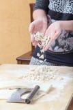 Handmade макаронные изделия падают над таблицей Стоковое Фото