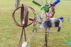 Handmade метр дождя искусства лужайки со значком свиньи или борова стоковая фотография