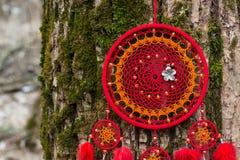 Handmade мечт улавливатель с потоками пер и шарики rope смертная казнь через повешение стоковая фотография