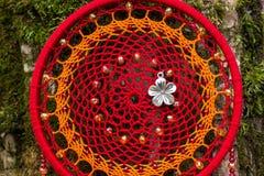 Handmade мечт улавливатель с потоками пер и шарики rope смертная казнь через повешение стоковое фото rf